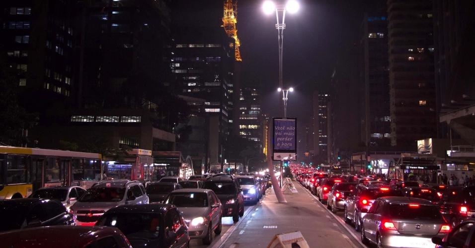 2.set.2014 - Motoristas enfrentam trânsito intenso nos dois sentidos da avenida Paulista, na região central de São Paulo, por volta das 20h desta terça-feira (2)