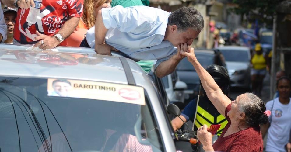 2.set.2014 - O candidato ao governo do Rio Anthony Garotinho (PR) beija mão de eleitora durante carreata no Morro do Alemão, na zona oeste do Rio de Janeiro.