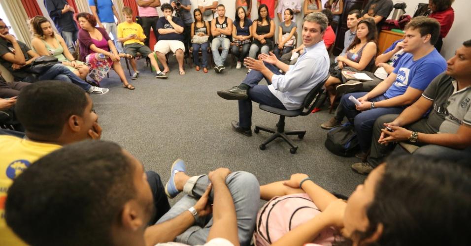 2.set.2014 - O candidato ao governo do Rio pelo PT, Lindberg Farias, se reúne com representantes de movimentos estudantis do Estado, na capital fluminense