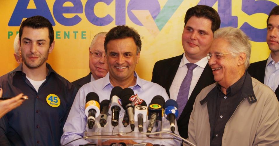 2.set.2014 - O candidato do PSDB à Presidência da República, Aécio Neves, fala com jornalistas antes de reunião da coordenação da campanha tucana, no diretório do partido, ao lado do ex-presidente Fernando Henrique Cardoso e outros representantes do partido