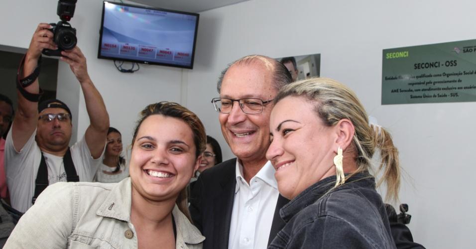2.set.2014 - O candidato do PSDB a reeleição ao governo de São Paulo, Geraldo Alckmin, faz campanha em posto de saúde em Sorocaba, no interior do Estado