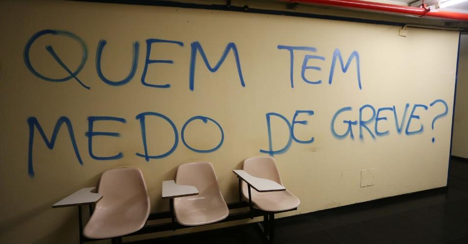 2.set.2014 - Paredes da entrada da administração da Faculdade de História e Geografia da USP (Universidade de São Paulo), na Zona Oeste da capital paulista, estão pichadas. Cadeiras também são usadas para bloquear a entrada no local