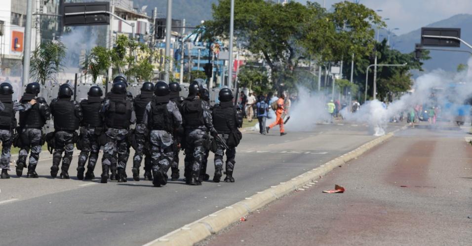 2.set.2014 - Policiais militares utilizaram bombas de gás lacrimogêneo contra manifestantes durante um protesto contra a exclusão de uma linha de ônibus que fazia o trajeto entre Recreio dos Bandeirantes e Jacarepaguá, na zona oeste do Rio de Janeiro. A manifestação interditou por mais de três horas os dois sentidos da avenida das Américas, na Barra da Tijuca, também na zona oeste, nesta terça-feira (2)