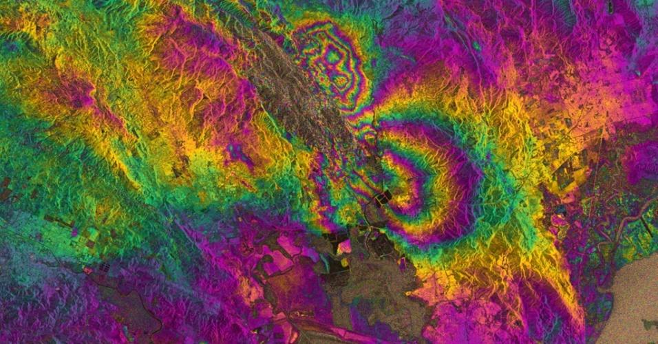 2.set.2014 - Um forte terremoto ? o mais forte em 25 anos ? atingiu o Vale Napa da Califórnia (EUA) nas primeiras horas do dia 24 de agosto. O satélite Sentinel-1A, da ESA (Agencia Espacial Europeia, sigla em inglês) registrou duas imagens do local, conhecida por ser importante produtora de vinhos, antes (7 de agosto) e depois do fenômeno (31 de agosto), o que possibilitou a geração de um interferograma. As duas formas arredondadas que se vê no centro da imagem mostram como a terra se moveu durante o terremoto. Os padrões nas cores de arco-íris demonstram a deformação no solo