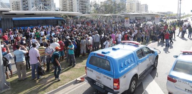 Protesto na manhã desta terça-feira (2) interditou totalmente o trânsito na avenida das Américas, uma das principais da Barra da Tijuca, na zona oeste do Rio