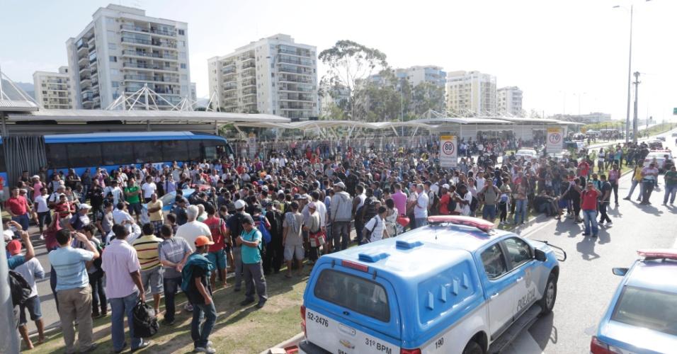 2.set.2014 - Um protesto na manhã desta terça-feira (2) interditou totalmente o trânsito na avenida das Américas, uma das principais da Barra da Tijuca, na zona oeste do Rio de Janeiro. A manifestação terminou por volta das 10h, mas o trânsito continuava intenso na região