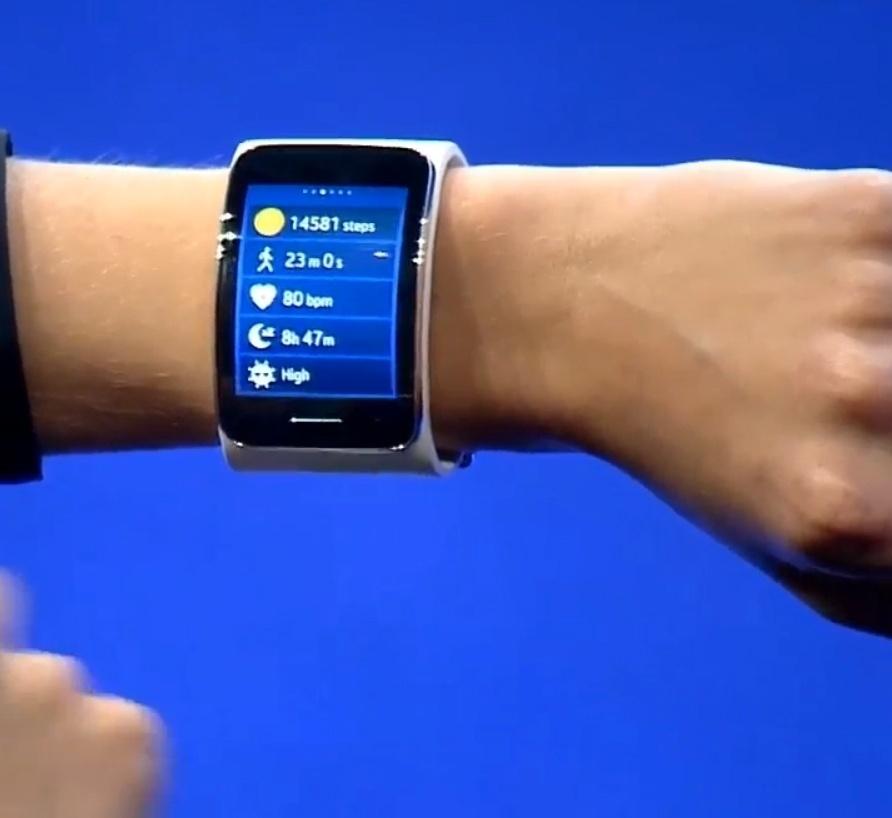 03.set.2014 - Novo smartwatch da Samsung, Gear S, conta com tela de duas polegadas Super Amoled e com um próprio SIM Card. Agora, o aparelho só precisa ser sincronizado com algum dispositivo Samsung apenas uma vez. O novo Gear S é especialmente desenvolvido para atividades esportivas e conta com medidor de velocidade, giroscópio, monitor de batimentos  cardíacos e GPS