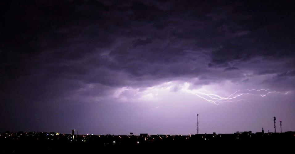 2.set.2014 - Relâmpago risca o céu de Campinas, no interior de São Paulo, na noite desta terça-feira (2), durante forte temporal que atinge a cidade