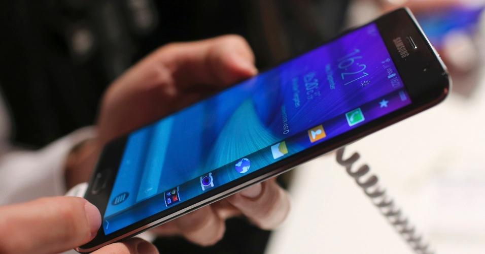 3.set.2014 - Detalhe da borda curva do Samsung Galaxy Note 4, smartphone apresentado em evento prévio à IFA 2014, feira de tecnologia em Berlim, na Alemanha