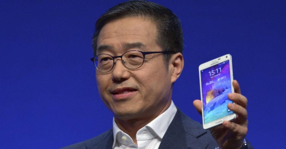 3.set.2014 - DJ Lee, vice-presidente da Samsung, apresenta o Samsung Gear S, relógio inteligente da fabricante, durante evento prévio à IFA 2014, feira de tecnologia em Berlim, na Alemanha