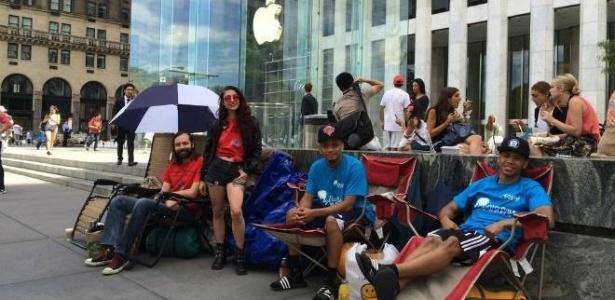 3.set.2014 - Fãs acampam em frente à Apple para comprar iPhone 6 em Nova York (EUA) - Reprodução/CNBC