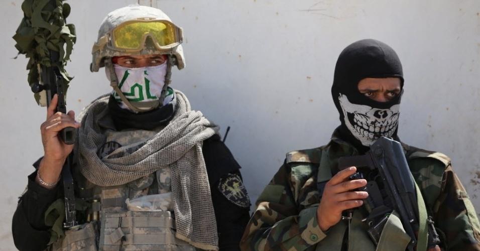 3.set.2014 - Milicianos xiitas observam rua da cidade de Amerli, após terem afastado integrantes do Estado Islâmico (EI) do local