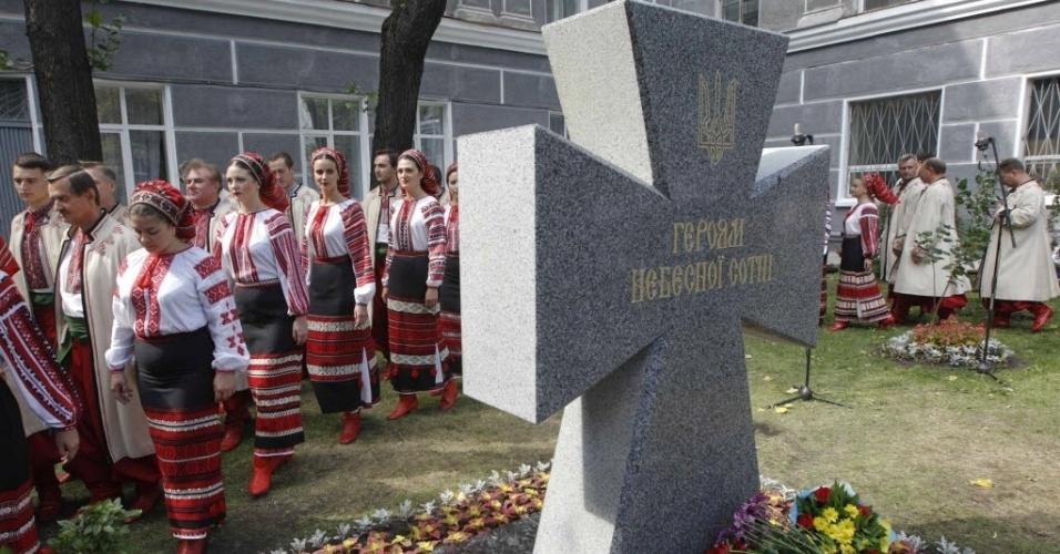 3.set.2014 - Mulheres vestindo trajes tradicionais participam de uma cerimônia de inauguração de um monumento aos manifestantes que morreram em Kiev, na Ucrânia, nesta quarta-feira (3). Ao longo dos protestos no país, cerca de 100 manifestantes foram mortos pela polícia, a maioria deles em 20 de fevereiro em Kiev, por atiradores militares e tiros de armas automáticas. A homenagem acontece no mesmo dia em que a Ucrânia anunciou que seu presidente, Petro Poroshenko, chegou a um acordo com o presidente da Rússia, Vladimir Putin, para implementar um