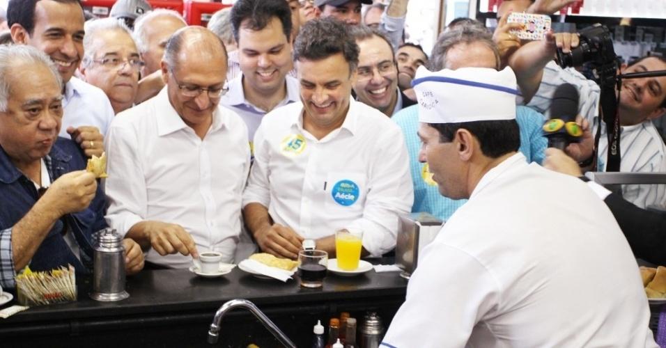 3.set.2014 - O candidato à Presidência da República pelo PSDB, Aécio Neves, faz caminhada em Santos (SP), nesta quarta-feira (3), ao lado do governador de São Paulo e candidato à reeleição, Geraldo Alckmin. Aécio e Alckmin conversaram com eleitores e comeram pastel