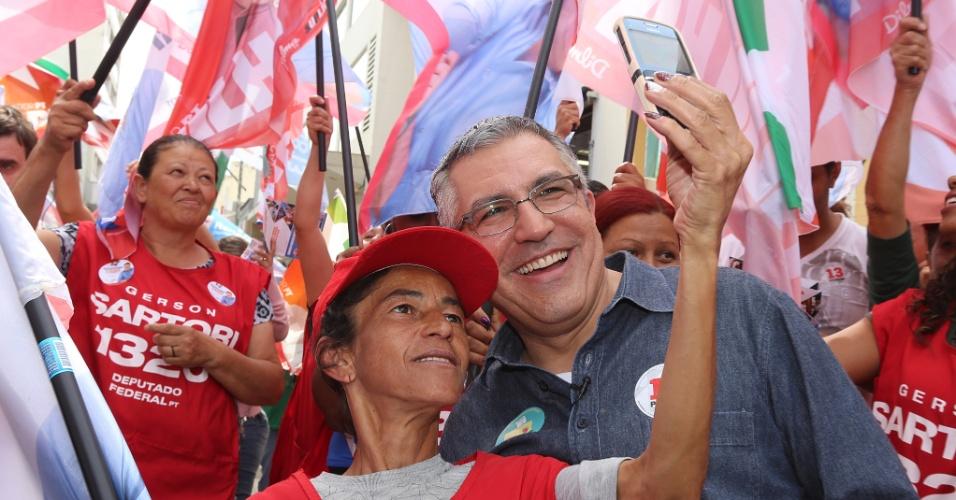 3.set.2014 - O Candidato ao governo de São Paulo pelo PT, Alexandre Padilha, tira foto com eleitora durante caminhada no centro da cidade de Jundiaí