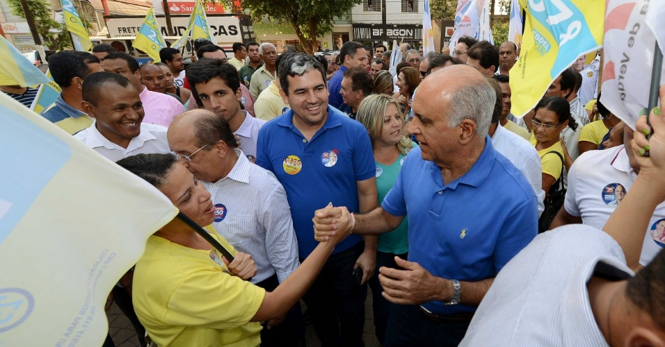3.set.2014 - O candidato ao governo do Estado da Bahia pelo DEM, Paulo Souto, cumprimenta partidários durante visita a cidade de Barreiras