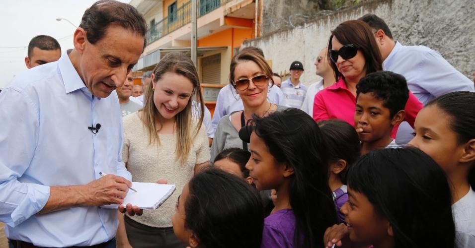 3.set.2014 - O candidato ao governo do Estado de São Paulo pelo PMDB, Paulo Skaf, conversa com crianças durante visita ao bairro Rio Comprido, na cidade de Jacareí