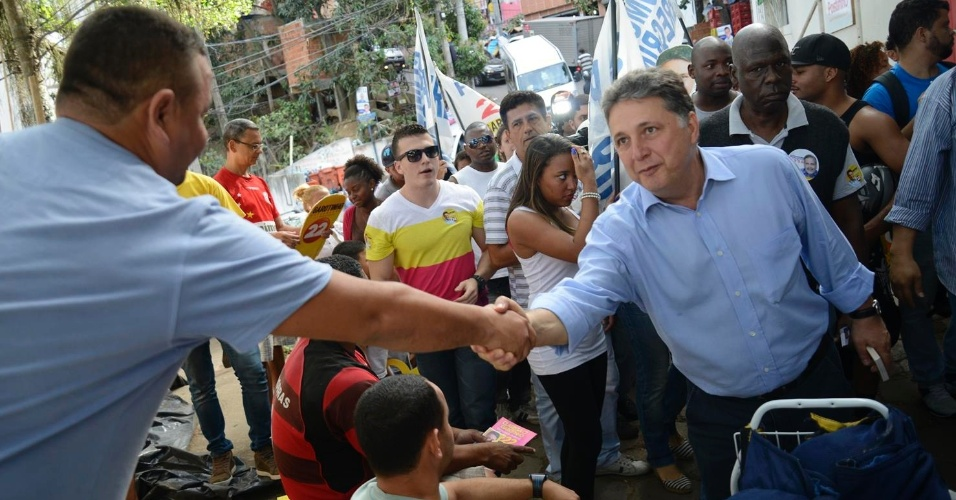 3.set.2014 - O candidato ao governo do Rio pelo PR, Anthony Garotinho, cumprimenta moradores durante caminhada nos morros do Pavão e Pavãozinho