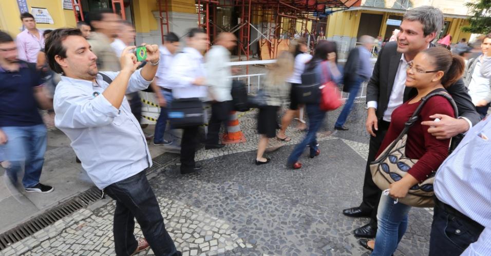 3.set.2014 - O candidato ao governo do Rio pelo PT, Lindberg Farias, tira foto com mulher durante caminhada na Praça 15