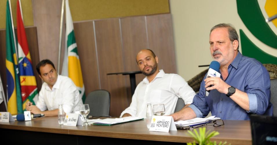 3.set.2014 - Os candidatos ao governo de Pernambuco pelo PSB, Paulo Câmara (à esquerda), pelo PSOL, Zé Gomes (centro), e pelo PTB, Armando Monteiro (à direita), participam de debate na Rádio Liberdade em Caruaru