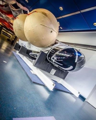 3.set.2014 - A Agência Espacial Europeia (ESA, na sigla em inglês) divulgou uma foto do veículo IXV Intermediate, que estará em exposição no centro de tecnologia da instituição em outubro. A versão final será lançada ao espaço, a 420 km de altitude da superfície da terra, em novembro. Desse patamar, a IXV Intermediate iniciará viagem de volta, em queda livre através da atmosfera. Durante a queda, o modelo colherá dados sobre condições de reentrada de veículos espaciais que retornam à terra, para auxiliar o desenvolvimento de futuras espaçonaves. A IXV Intermediate possui balões de flutuação para resistir à queda