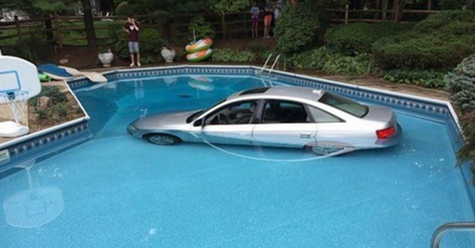 3.set.2014 - Um homem de 84 anos ''mergulhou'' seu carro na piscina da casa da filha em Nova Jersey (EUA). Aparentemente, o idoso confundiu os pedais de freio e acelerador e acabou indo direto na piscina. O homem e sua passageira de 79 anos foram resgatados do carro parcialmente submerso pela própria família. Foi preciso um caminhão de reboque para tirar o veículo da piscina