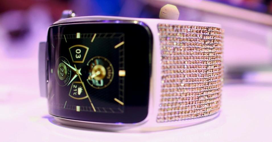 3.set.2014 - Um modelo especial do relógio inteligente da Samsung, o Gear S, decorado com cristais Swarovski, é mostrado em evento prévio à IFA 2014, feira de tecnologia em Berlim, na Alemanha