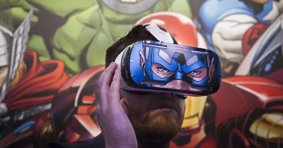 3.set.2014 - Visitante testa os óculos de realidade virtual Gear VR em evento prévio à IFA 2014, feira de tecnologia em Berlim, na Alemanha