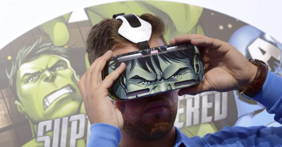 3.set.2014 - Visitante testa os óculos de realidade virtual ''Gear VR'', em evento prévio à IFA 2014, feira de tecnologia em Berlim, na Alemanha