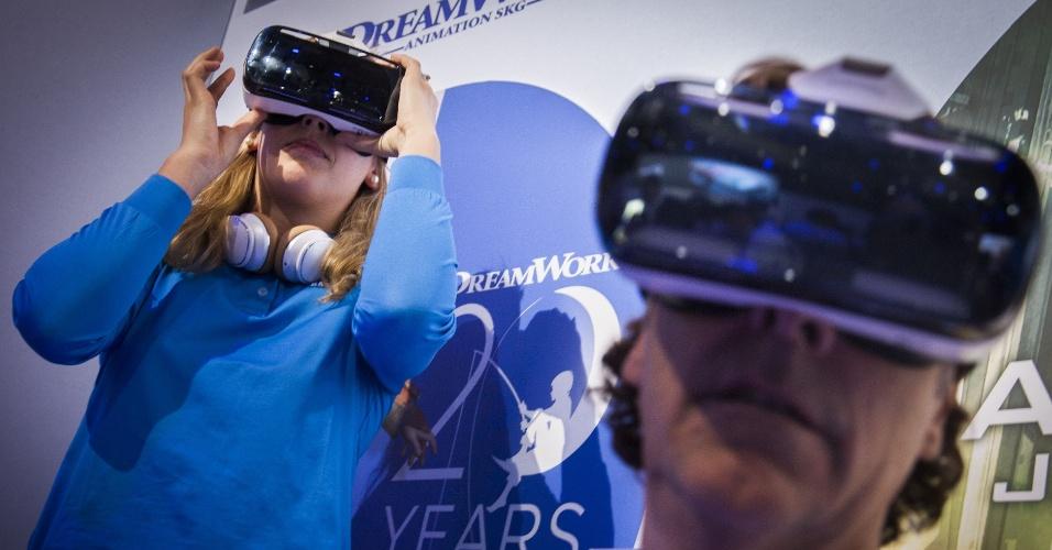 3.set.2014 - Visitantes testam os óculos de realidade virtual Gear VR em evento prévio à IFA 2014, feira de tecnologia em Berlim, na Alemanha