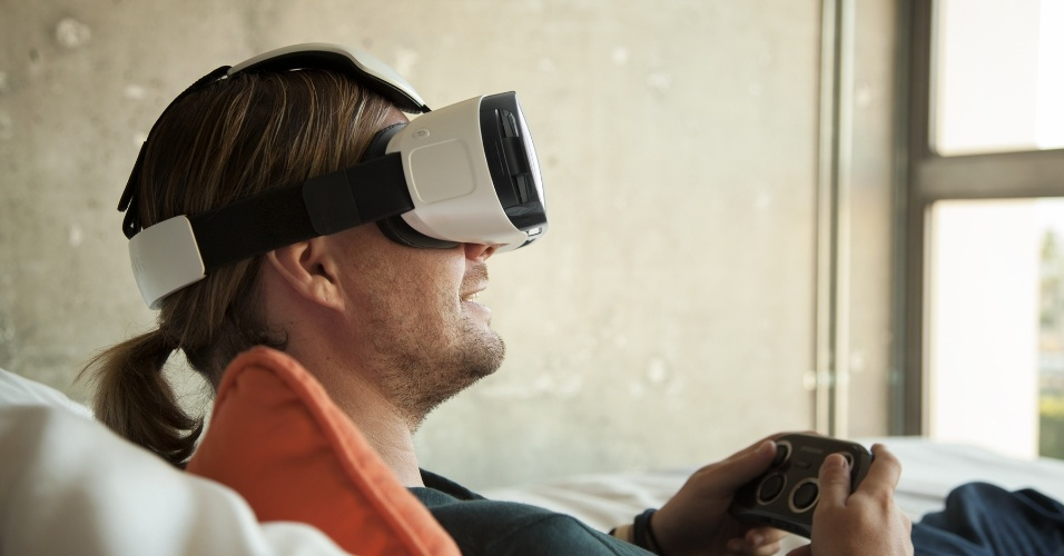 Gadget Samsung Gear VR permite que o usuário de um Galaxy Note 4 possa transformar seu phablet em um óculos de realidade virtual. O projeto vinha sendo desenvolvido em segredo. Além de contar com a alta resolução da tela do Galaxy Samsung Note 4, o aparelho utiliza os sensores de movimento para captar as direções nas quais a cabeça do usuário se move e ajustar a imagem