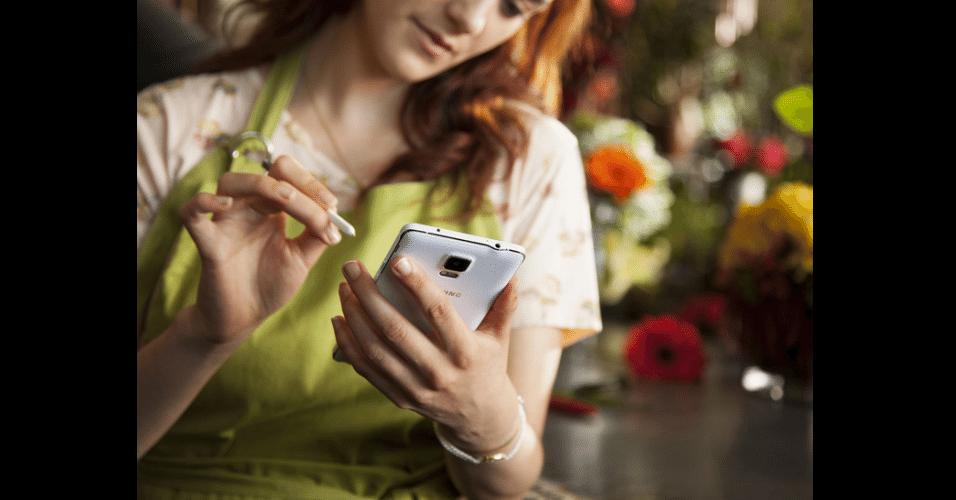 Galaxy Note 4, da Samsung. Aparelho chega ao mercado com tela Super Amoled, 5,7 polegadas, 176 gramas e 8,5 milímetros de espessura e processador 2.7GHz Qualcomm Snapdragon 805. As vendas vão começar a partir de outubro para alguns mercados