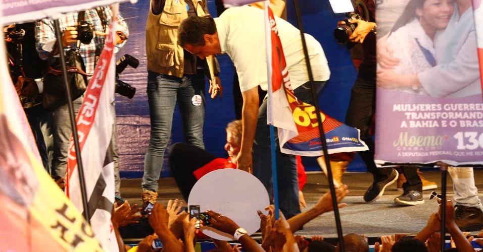 3.set.2014 -  O ex-presidente Luiz Inácio Lula da Silva cai no palco durante comício em favor do candidato do PT ao governo da Bahia, Rui Costa, na praça da Revolução em Periperi, bairro do subúrbio ferroviário de Salvador, na quarta-feira (3); ele foi puxado por um militante enquanto cumprimentava o público, mas não se machucou, levantando logo em seguida