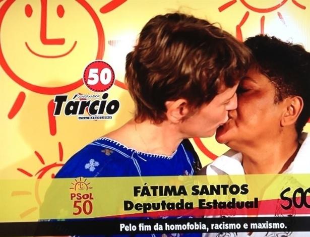 4.set.2014 - A candidata a deputada estadual, Fátima Santos (Psol), que é ativista LGBT, beijou sua companheira durante o guia eleitoral gratuito que foi exibido na Paraíba na última terça-feira (3). No vídeo, a candidata fala sobre sua posição pelo fim da homofobia, racismo e machismo