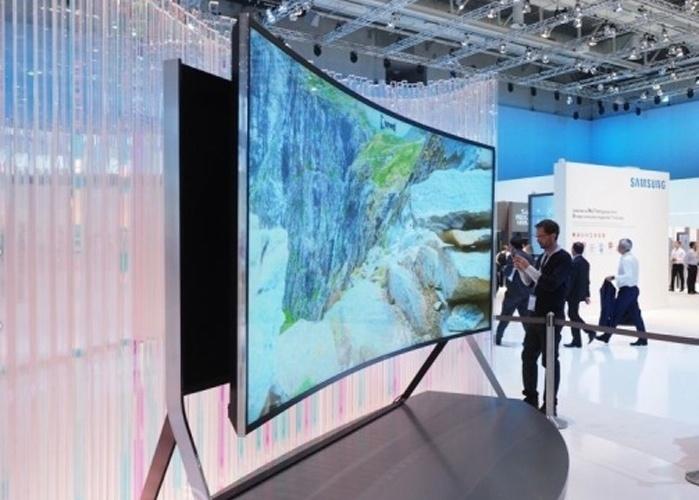 4.set.2014 - Além de possuir uma tela gigante de 105 polegadas, a nova UHD TV (televisor de ultradefinição) da Samsung pode passar de plana para curva com o apertar de um botão. Isso pode melhorar a visualização das imagens,exibidas na proporção 21:9,  por telespectadores em ângulos diferentes. Embora a Samsung não tenha revelado o preço, a versão plana da TV custa US$ 120 mi (R$ 269 mil)