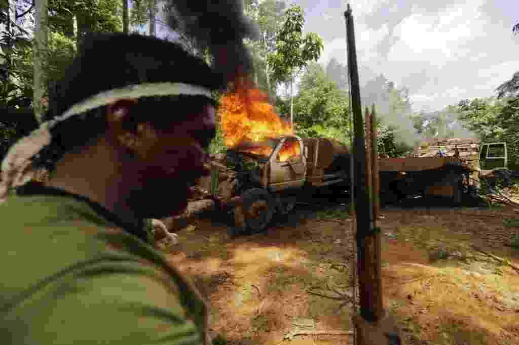 4.set.2014 - Índios guerreiro da tribo Caapores se prepara para incendiar um caminhão durante uma expedição na selva para procurar e expulsar os madeireiros do território indígena no Alto Turiaçu, nordeste do estado do Maranhão, na bacia do Amazonas. Os indígenas afirmam que devido a falta de assistência do governo para manter os madeireiros longe das terras fizeram um acordo entre quatro tribos locais e enviaram guerreiros para expulsar aqueles que encontram na mata. Para a expedição, os índios montaram acampamentos de monitoramento nas áreas que estão sendo exploradas ilegalmente. As imagens foram registradas no dia 7 de agosto e divulgadas nesta quinta-feira (4) - Lunae Parracho/ Reuters