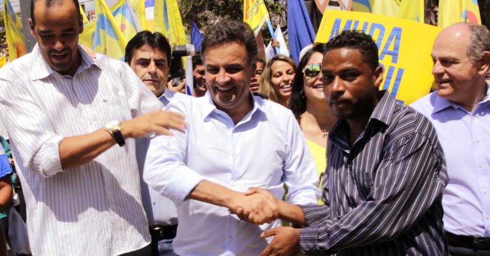 4.set.2014 - O candidato à Presidência da República pelo PSDB, Aécio Neves, cumprimenta partidário durante caminhada e encontro político em Belo Horizonte