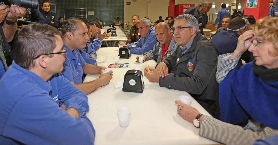 4.set.2014 - O candidato ao governo de São Paulo pelo PT, Alexandre Padilha, toma café com os operários de fábrica, em Sorocaba