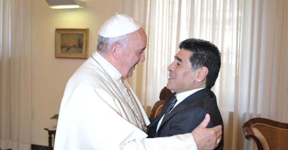 4.set.2014 - O papa Francisco recebeu nesta quinta-feira (4) o ex-jogador argentino Diego Armando Maradona para uma audiência privada de 15 minutos na residência de Santa Marta, no Vaticano