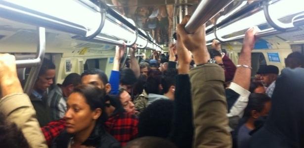 Metrô da linha vermelha lotado de passageiros por conta de falha em equipamento