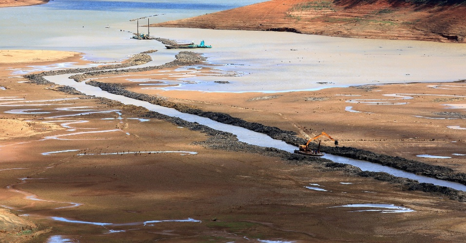 4.set.2014 - Represa Jaguari-Jacareí, na cidade de Joanópolis, no interior de São Paulo, teve o índice que mede o volume de água armazenado no Sistema Cantareira alcançando a marca de apenas 10,6% da capacidade total