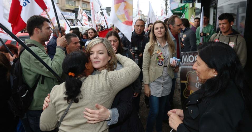 4.set.2014 - A candidata ao governo do Paraná pelo PT, Gleisi Hoffmann, cumprimenta mulher durante caminhada no bairro Portão, em Curitiba
