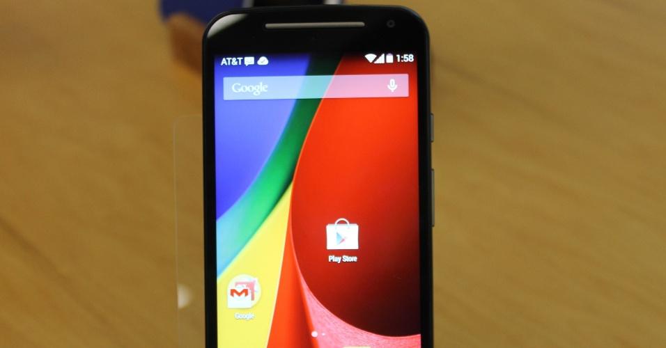 5.set.2014 - A Motorola apresentou nesta quinta-feira (4) sua nova linha de smartphones na sede da empresa, em Chicago (EUA). A partir desta sexta-feira (5), a companhia começa a vender novos modelos do Moto G (aparelho que está deitado à frente) com preços que variam entre R$ 699 e R$ 799. A fabricante também lançou o Moto X (smartphones na vertical) e um relógio inteligente, o Moto 360. O lançamento dos dispositivos é exclusivo para o mercado brasileiro