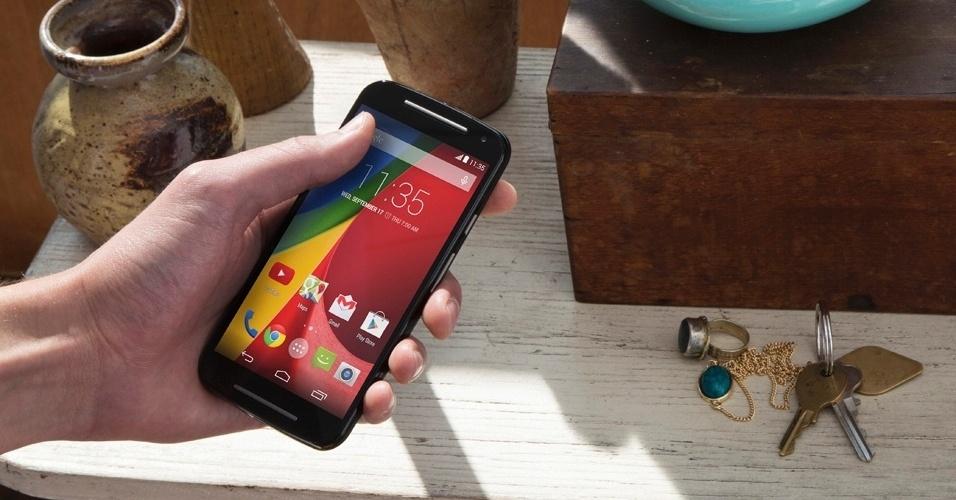 5.set.2014 - A Motorola apresentou nesta quinta-feira (4) sua nova linha de smartphones na sede da empresa, em Chicago (EUA). A partir desta sexta-feira (5), a companhia começa a vender novos modelos do Moto G (acima na foto) com preços que variam entre R$ 699 e R$ 799. A fabricante também lançou o Moto X e um relógio inteligente, o Moto 360. O lançamento dos dispositivos é exclusivo para o mercado brasileiro