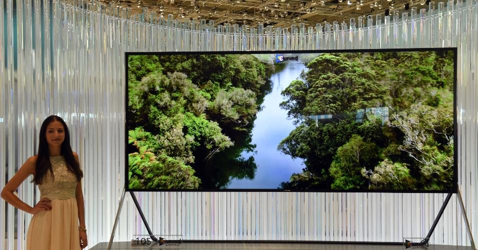 4.set.2014 - Além de possuir uma tela gigante de 105 polegadas, a nova UHD TV (televisor de ultradefinição) da Samsung é flexível: pode passar de plana para curva com o apertar de um botão. Isso pode melhorar a visualização das imagens,exibidas na proporção 21:9,  por telespectadores em ângulos diferentes. Embora a Samsung não tenha revelado o preço, a versão plana da TV custa US$ 120 mi (R$ 269 mil) . EFE/