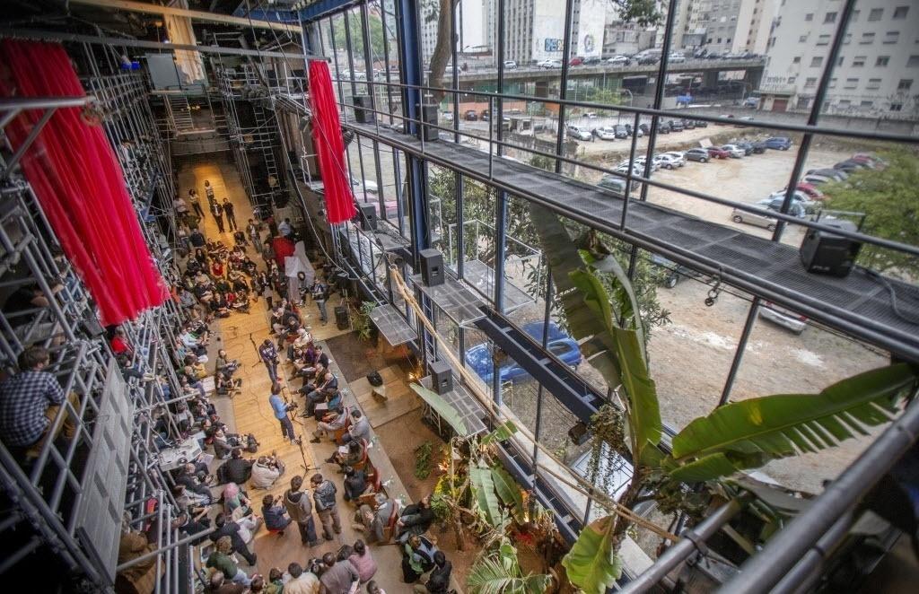 5.set.2013 - Nos primeiros anos de estudos para projetar o novo Teatro Oficina, Lina trabalhou com o arquiteto Marcelo Suzuki. Depois, com Edson Elito. O teatro é uma rua, com uma parede envidraçada e arquibancadas laterais com capacidade para 300 pessoas