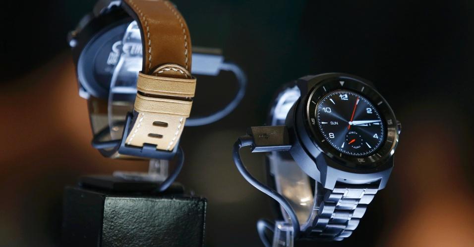 5.set.2014 - A LG apresentou o seu G Watch R com tela de OLED 1,3 polegada, processador Snapdragon 400 de 1,2 Ghz, 512 RAM, 4GB de armazenamento interno, sensor de batimentos cardíacos e bateria de 410 mAh. Segundo a LG, resiste até 30 minutos submersos em água