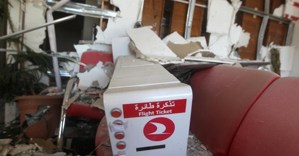 5.set.2014 - Interior de um escritório da empresa Turkish Airlines ficou destruído após explosão de um carro-bomba na noite desta quinta-feira (4),  em Bagdá, no Iraque. Dois carros-bomba explodiram em áreas da capital iraquiana onde a maioria é xiita. Ao menos 17 pessoas morreram,de acordo com fontes médicas locais