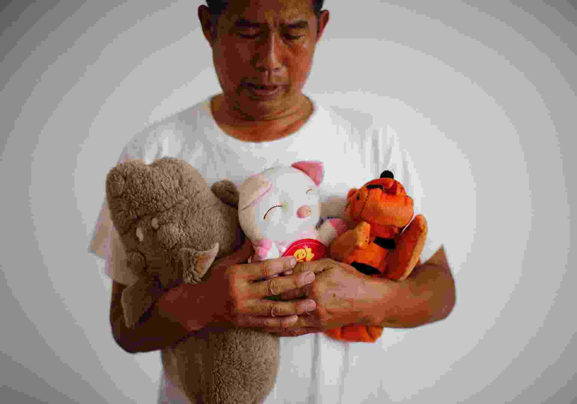 5.set.2014 - Zhang Yongli, cuja filha Zhang Qi estava a bordo do voo MH370 da Malaysia Airlines, que desapareceu em 8 de março, observa brinquedos de pelúcia da menina enquanto posa para foto em Pequim, na China. Zhang disse que o incidente devastou a sua vida e que sua esposa às vezes vaga quilômetros longe de casa porque se lembra da filha no lugar. O voo, que levava 239 pessoas a bordo, partiu de Kuala Lumpur em direção a Pequim e sumiu cerca de uma hora após decolar. Mais de 20 países ajudaram nas buscas, mas ainda não foram encontrados indícios do avião. A foto, tirada em 22 de julho de 2014, foi disponibilizada em 5 de setembro - Kim Kyung-Hoon/Reuters