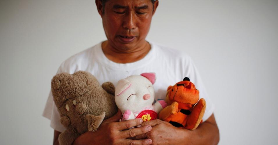 5.set.2014 - Zhang Yongli, cuja filha Zhang Qi estava a bordo do voo MH370 da Malaysia Airlines, que desapareceu em 8 de março, observa brinquedos de pelúcia da menina enquanto posa para foto em Pequim, na China. Zhang disse que o incidente devastou a sua vida e que sua esposa às vezes vaga quilômetros longe de casa porque se lembra da filha no lugar. O voo, que levava 239 pessoas a bordo, partiu de Kuala Lumpur em direção a Pequim e sumiu cerca de uma hora após decolar. Mais de 20 países ajudaram nas buscas, mas ainda não foram encontrados indícios do avião. A foto, tirada em 22 de julho de 2014, foi disponibilizada em 5 de setembro